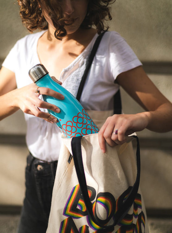 Imagen de producto botella Panot BCN azul en una bolsa