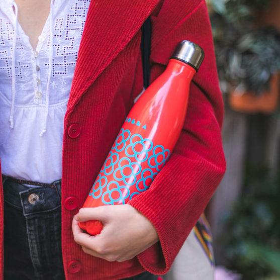 Imagen de producto botella Panot BCN roja sujetada