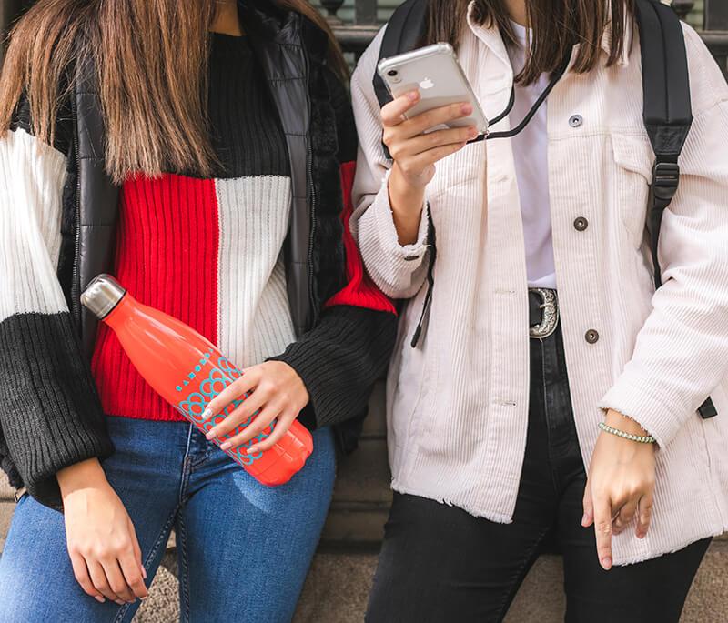 Dos chicas con su botella Canolla Panot #BCN